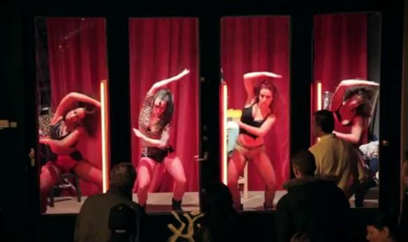 חלונות אדומים -רקדניות