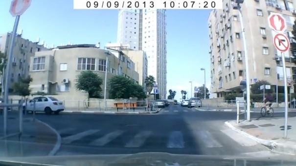 רגע העצירה במלאה כפי שצולם במצלמת הרכב של דניס