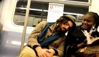 ניסוי חברתי משעשע: אדם נרדם על כתפי אנשים זרים ברכבת התחתית של ניו יורק
