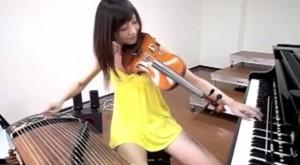 בחורה מנגנת על שלושה כלים