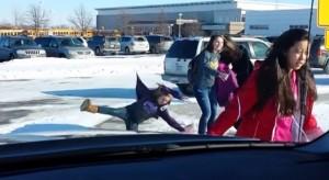 ילדים נופלים בשלג 3