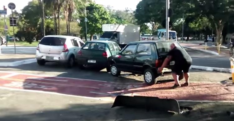 בחור מרים מכונית