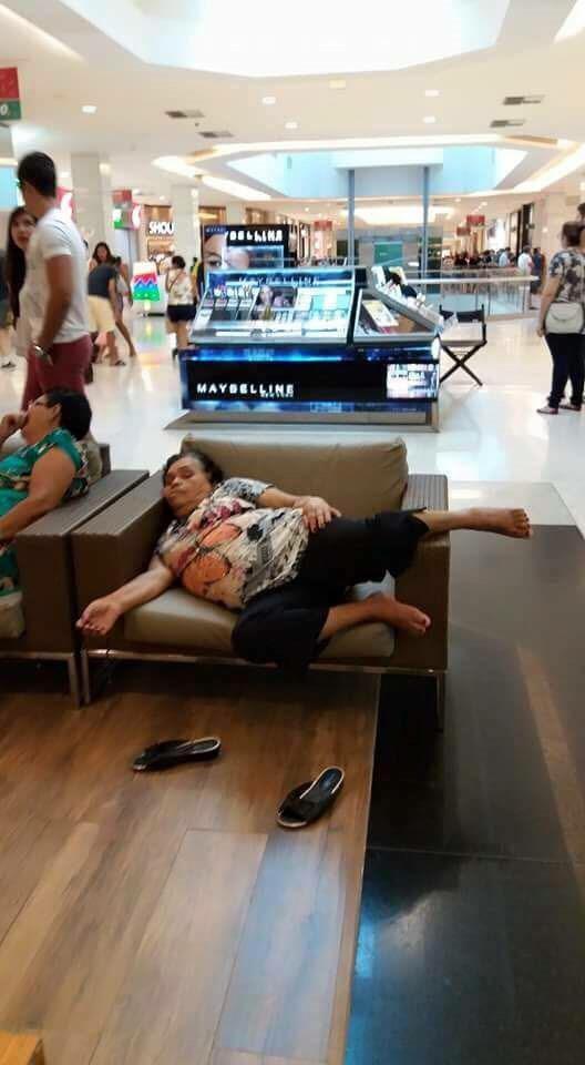 אישה נרדמה בקניון 1